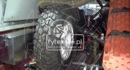 Dedykowana zabudowa do rajdówki z uchwytami na koło zapasowe, trapy, łopatę i skrzynką na narzędzia